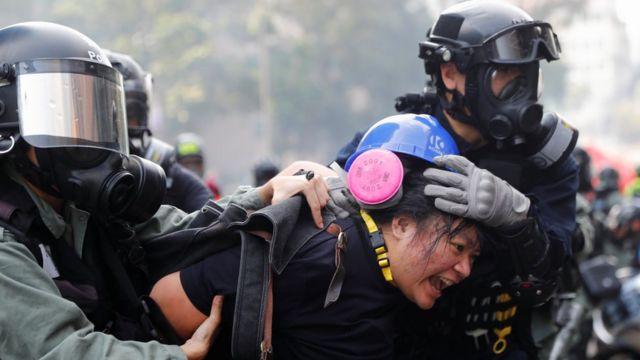 اعتقال متظاهرة في هونغ كونغ