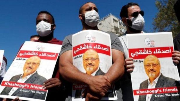 متظاهرون يحملون لافتات منددة بمقتل خاشقجي