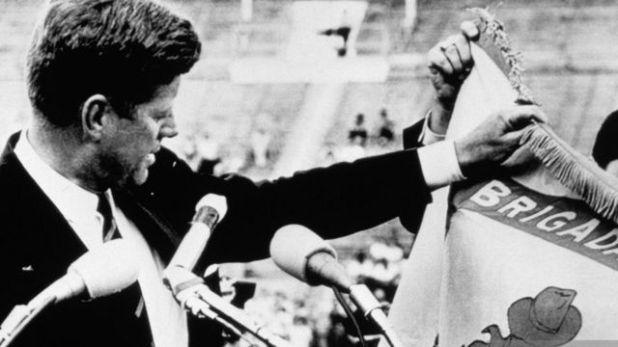 كينيدي يحمل علم المنفيين الكوبيين