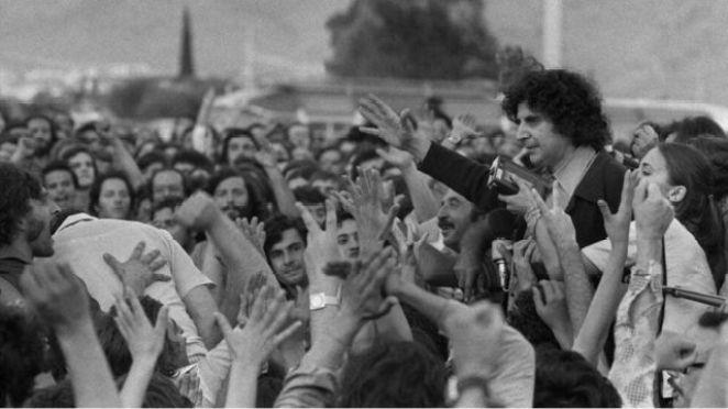 Mikis Theodorakis, 1974'te sürgünden ülkesine döndüğünde Atina Havaalanı'nda coşkuyla karşılanmıştı