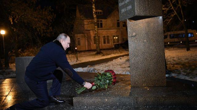 El presidente Putin colocando flores sobre una tumba.