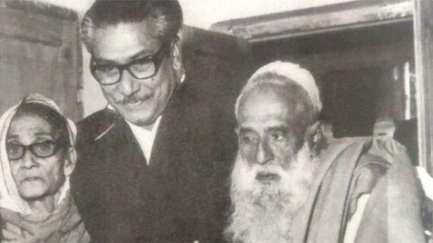 বাবা শেখ লুৎফর রহমান এবং মা সায়েরা খাতুনের সঙ্গে শেখ মুজিবুর রহমান