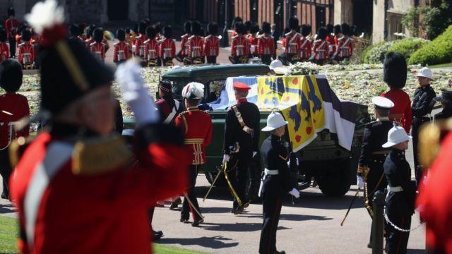 他的棺材是用一辆经过改装的路虎车运送到圣乔治教堂的,他一生中亲自参与其中。