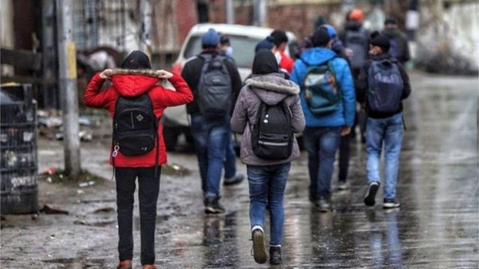 Jovenes indios vistiendo jeans