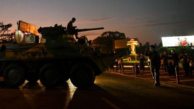 Vehículos militares en Rangún