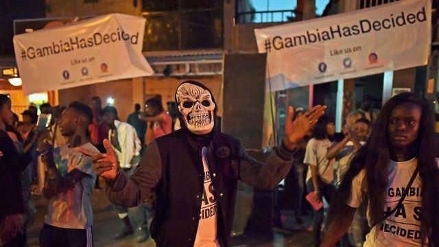 Les Gambiens célèbrent le départ de Jammeh le 17 janvier 2017 à Banjul