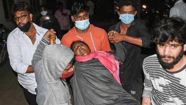Une femme est emmenée d'urgence à l'hôpital.