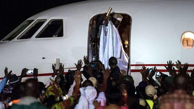 Le président Jammeh salue ses sympathisants à son départ d'exil