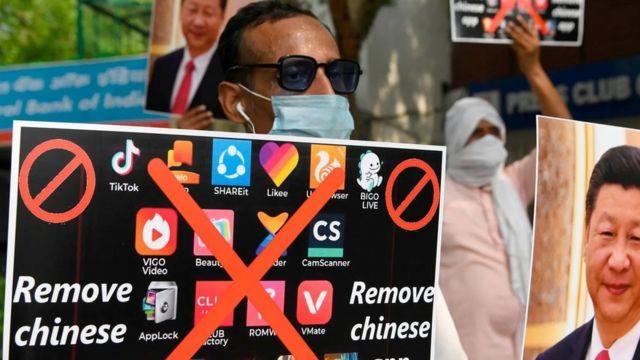 متظاهرون في دلهي يحثون المواطنين على إزالة التطبيقات الصينية من هواتفهم الذكية في يونيو/حزيران 2020