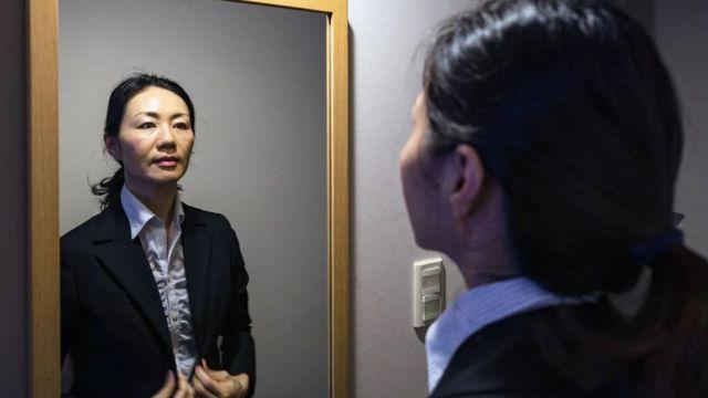امرأة تنظر في المرآة
