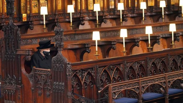 由于王室的新的防疫法规,女王只身坐在葬礼上。
