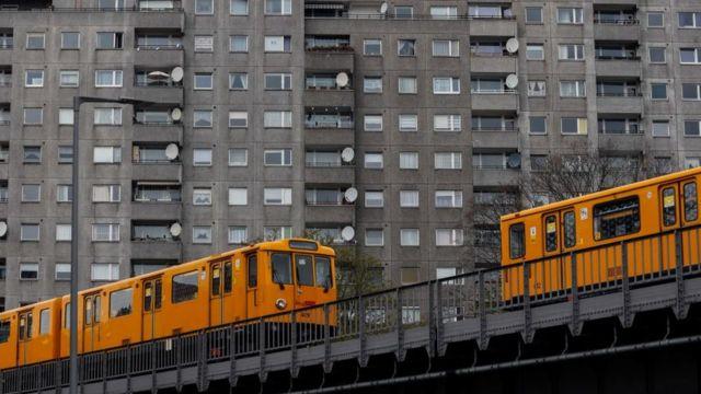 Prédio e trens em Berlim