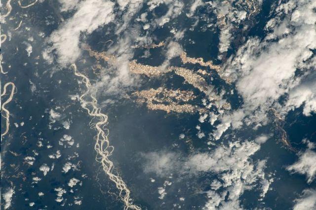 """ภาพถ่าย """"แม่น้ำทองคำ"""" ที่บันทึกได้จากสถานีอวกาศนานาชาติ (ISS)"""