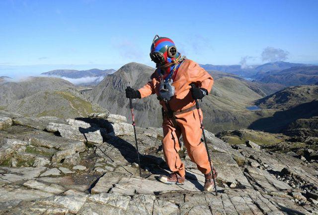 Samafale Lloyd Scott, oo isku dayaya inuu fuulo qeybta ugu sarreeysa buurta ku taalla Cumbria, England.