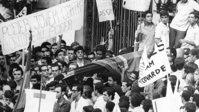The burial of student Edson Luís, murdered in March 1968 in Rio by agents of repression at the Calabouço restaurant; his death sparked a series of demonstrations against the military regime