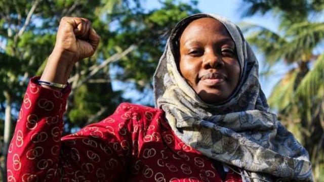 La militante écologiste kenyane Phyllis Omido a obtenu une décision de justice qui a accordé 12 millions de dollars (8,7 millions de livres sterling) à une communauté empoisonnée par la pollution au plomb