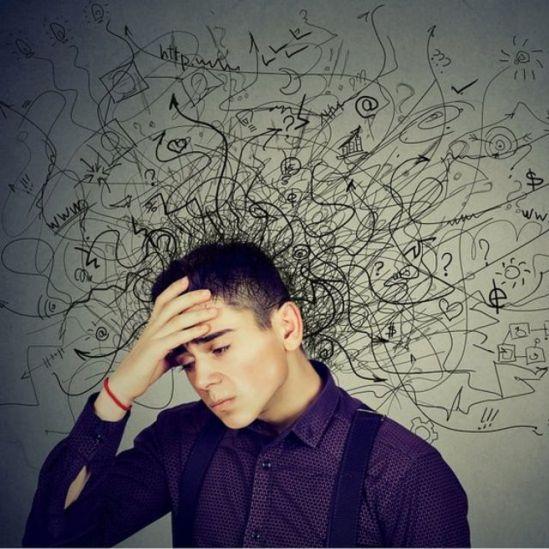 Jeune homme à l'air troublé, il y a un désordre d'idées (dessinées) autour de sa tête.