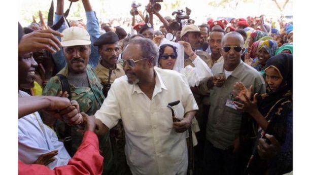 Madaxweynihii hore ee Somaliland Maxamed Ibraahim Cigaal oo gacan qaadaya codbixiyayaal isugu soo baxay inay u codeeyaan aftida loo qaadayay dastuurka Somaliland sanaddii 2001