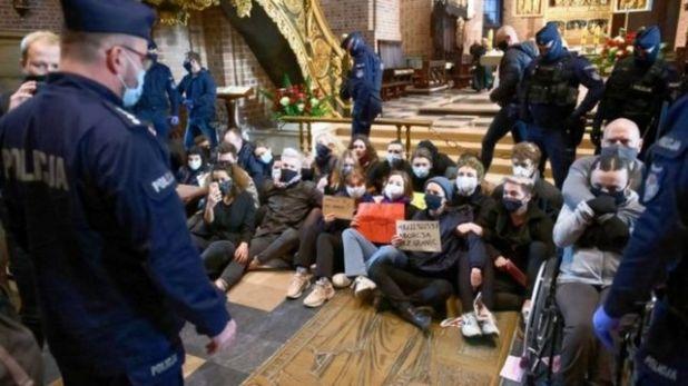 متظاهرون يجلسون على الأرض حتى تم استدعاء الشرطة لنقلهم