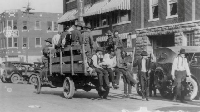 Varias personas subidas en una camioneta en Tulsa, Oklahoma, en 1921