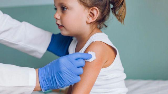 طفلة مع طبيب