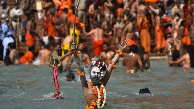 힌두교인들은 갠지스 강에 몸을 담그면 죄를 씻을 수 있다고 믿는다