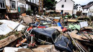 Destroços de casas e carros após inundação em Schuld, Alemanha