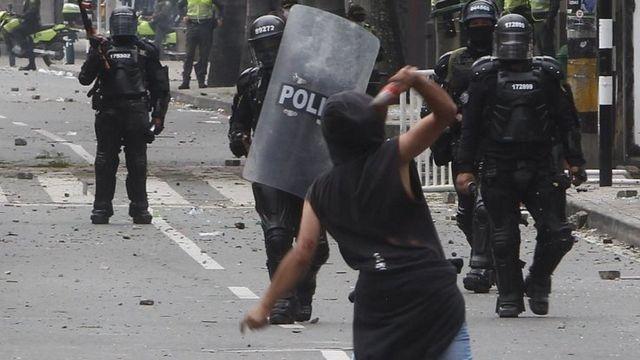 Soldados frente a un manifestante
