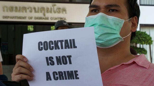 """Tayland'da alkol kısıtlamasına karşı eylemde """"Kokteyl suç değildir"""" yazılı pankart taşıdılar"""
