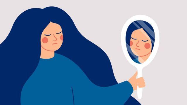 Mulher em frente a um espelho