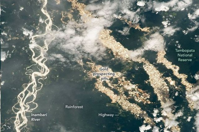 แท้จริงแล้วแม่น้ำสีทองก็คือบ่อเหมืองจำนวนหลายพันแห่งที่ใช้ลักลอบขุดหาทองคำ