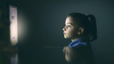 Menina olhando tela