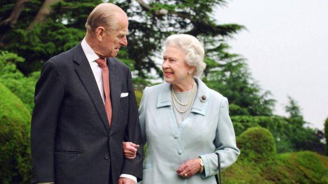 女王伊丽莎白二世(右)和菲利普亲王(左)的头像,他们最近去世了。