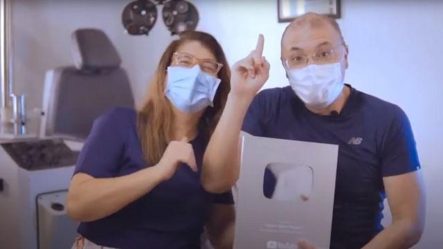 Carla e Albert Dickson mostram placa de inscritos em canal do YouTube