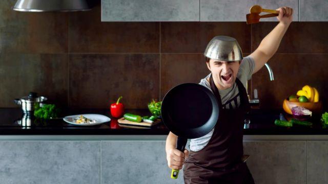 Chico como guerrero con utensilios de cocina