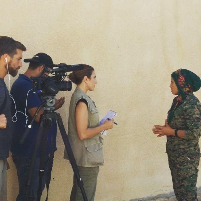 غايل ليمون تجري مقابلة مع كلارا ، إحدى قائدات وحدات حماية المرأة الكردية