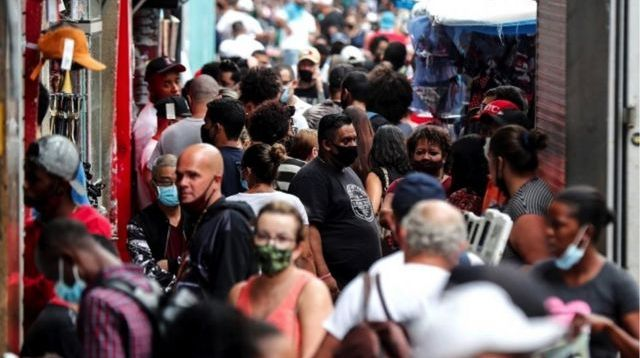 Pessoas nas ruas de Sao Paulo