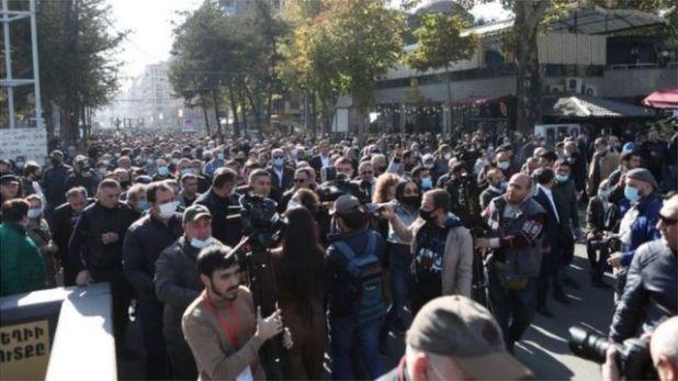 الشعب الأرمني يحضر مسيرة في ساحة الحرية في يريفان، أرمينيا، 11 نوفمبر/تشرين الثاني 2020