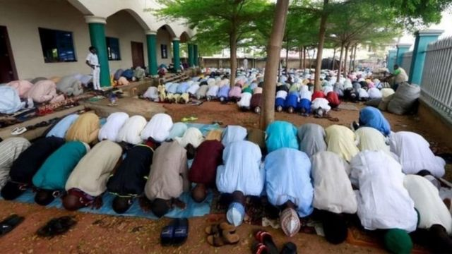 Musulmai na gudanar da sallah