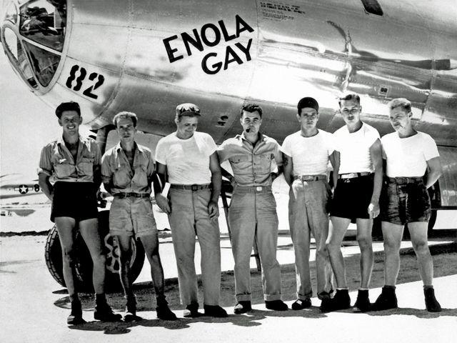 हिरोशिमामा परमाणु बम खसालेको विमान र विमानका चालक दल
