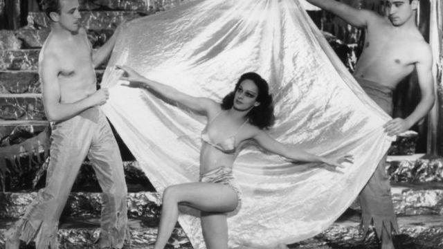 Актриса на сцені мюзик-холу в Брайтоні, 1934 році: як бачите, пупок цнотливо прикритий