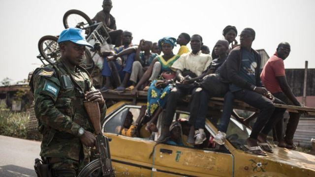 Un gardien de la paix rwandais de la Mission multidimensionnelle intégrée des Nations Unies pour la stabilisation en République centrafricaine (MINUSCA) patrouille sur la route menant à Damara, où des escarmouches ont eu lieu pendant la semaine, le 23 janvier 2021.