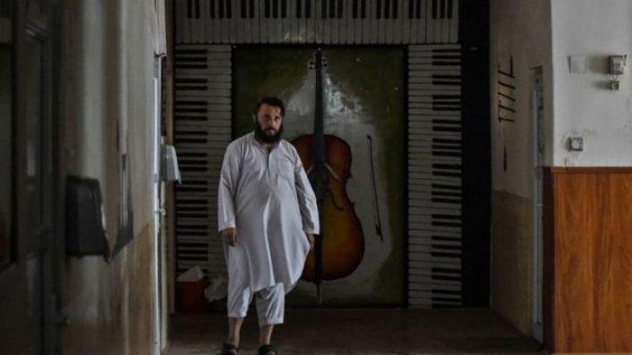 أحد أفراد حركة طالبان يسير في ممر في المعهد الوطني الأفغاني للموسيقى في كابل، 14 سبتمبر/أيلول 2021