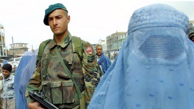 Nisan 2002'de Kabil'e giden Türk askerleri sokaklarda devriye gezmişti