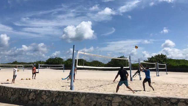 Jóvenes jugando al voleibol en South Beach