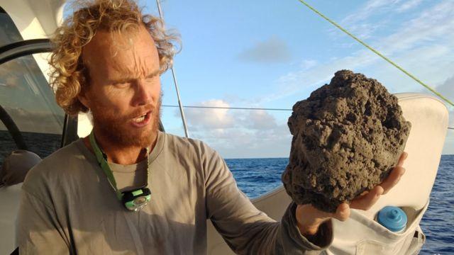 부석은 보통 화산이 폭발할 때 나오는 용암이 식어 고결되어 만들어진다