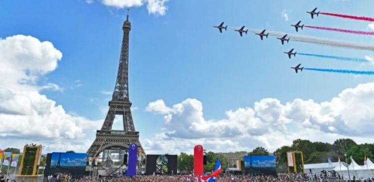París marcó a entrega de la bandera olímpica con acrobacias aéreas.