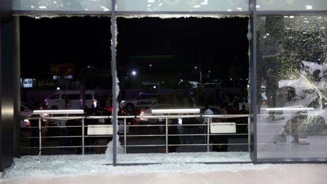 Vidrios rotos en el aeropuerto de Irbil tras ser atacado