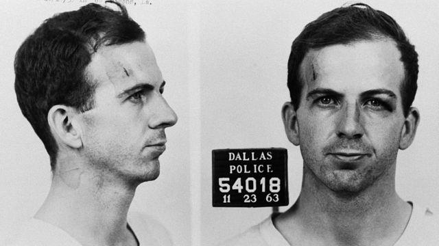 Foto de Lee Harvey Oswald al ser fichado en el departamento de polícia de Dallas acusado de asesinar a JFK