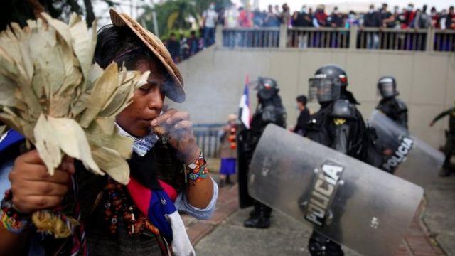 Policías frente a un indígena